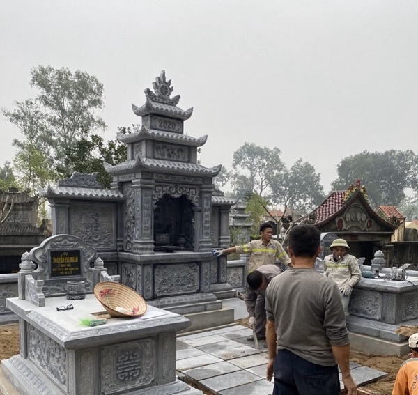 Lăng mộ đá Tam Sơn với Lăng thờ cánh phong 3 mái mặt nguyệt, hai cánh phong là hai bức tranh Trúc - Mai quân tử
